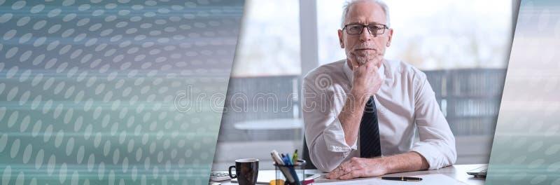 Портрет зрелого бизнесмена панорамное знамя стоковое фото