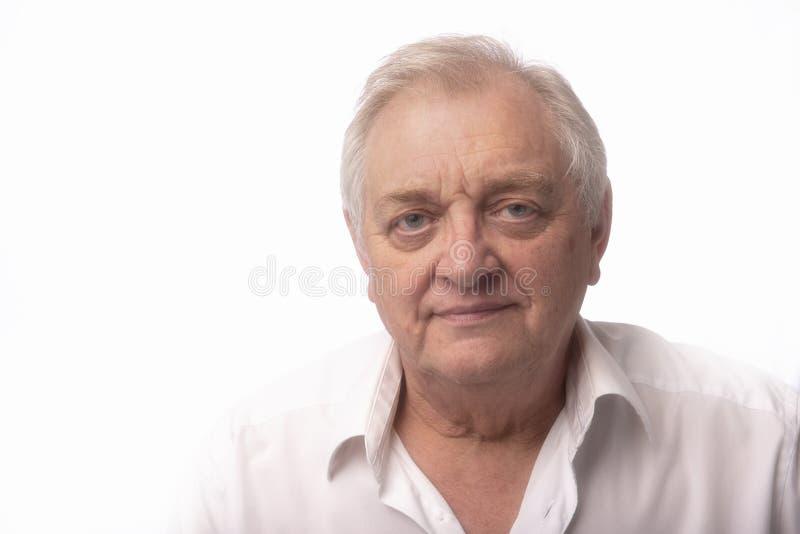 Портрет зрелого человека на белой предпосылке стоковое изображение