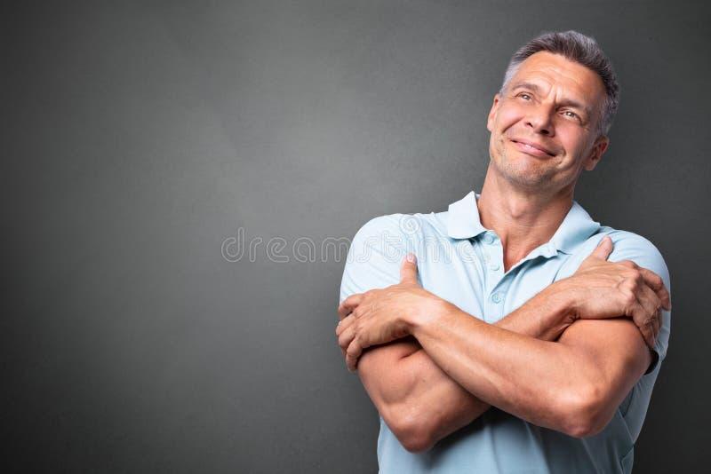 Портрет зрелого человека обнимая стоковая фотография