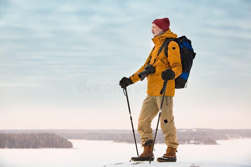 Портрет зрелого человека с серой бородой исследуя Финляндию в зиме стоковое изображение