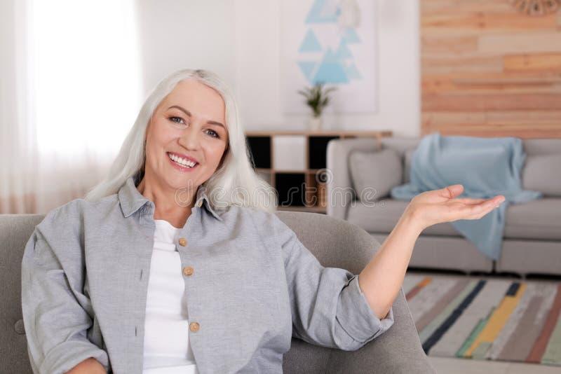 Портрет зрелой женщины в комнате стоковое фото