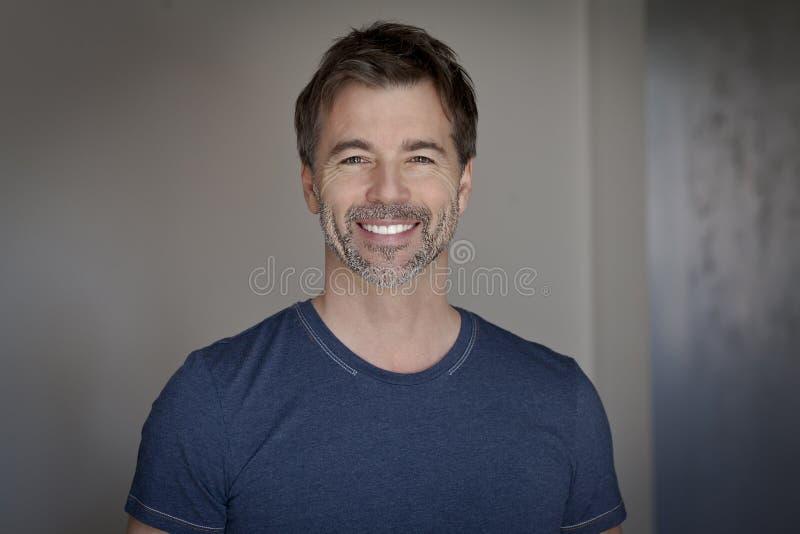 Портрет зрелый усмехаться человека стоковое фото rf