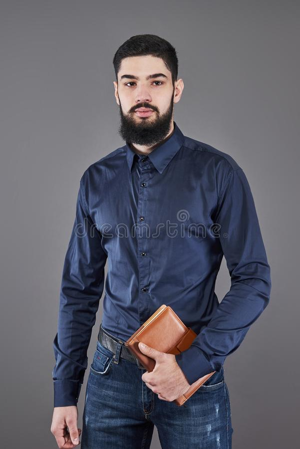Портрет зубастого красивого бородатого человека с книгой на руках стоковая фотография