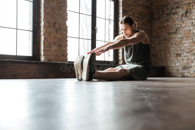 Портрет здорового спортсмена делая протягивать работает стоковые фотографии rf