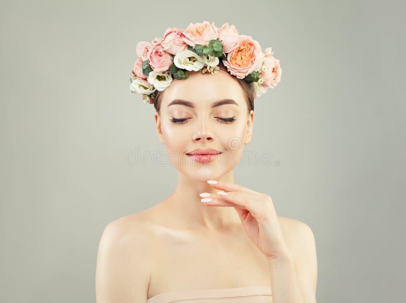 Портрет идеальной молодой женщины в цветках увенчивает стоковое изображение rf