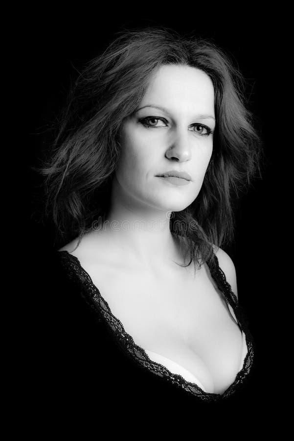 Портрет изображения доминантной женщины черно-белого стоковые фото