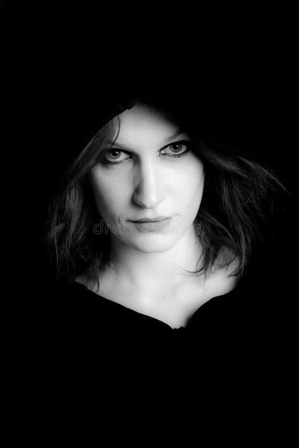 Портрет изображения доминантной женщины черно-белого стоковое изображение rf