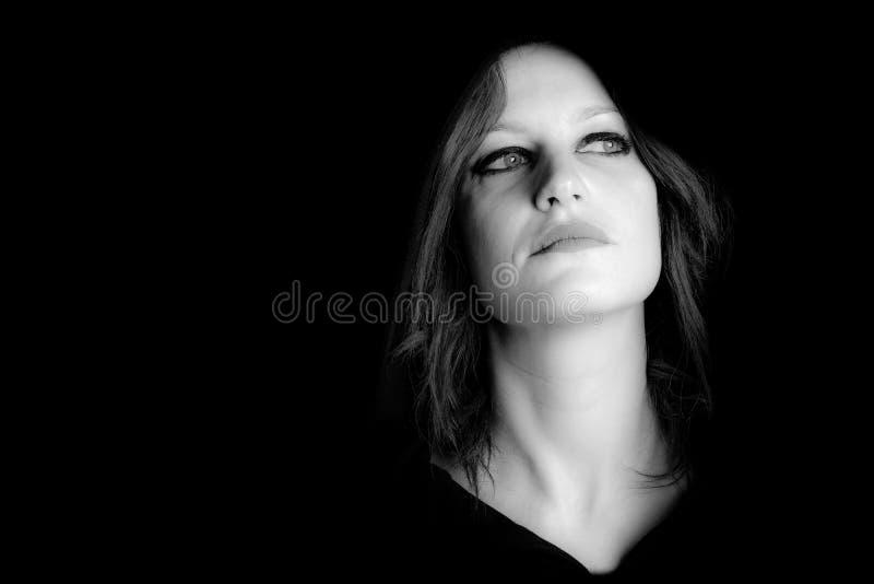Портрет изображения доминантной женщины черно-белого стоковая фотография