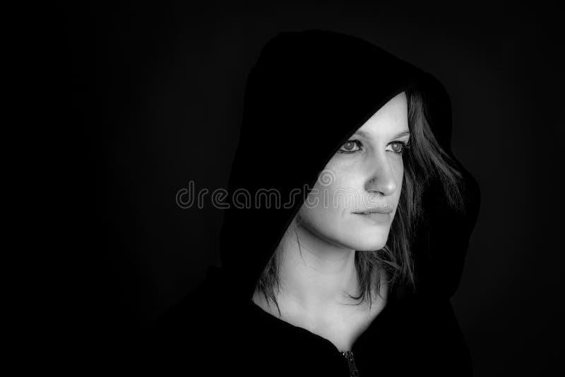 Портрет изображения с капюшоном женщины черно-белого стоковое изображение rf