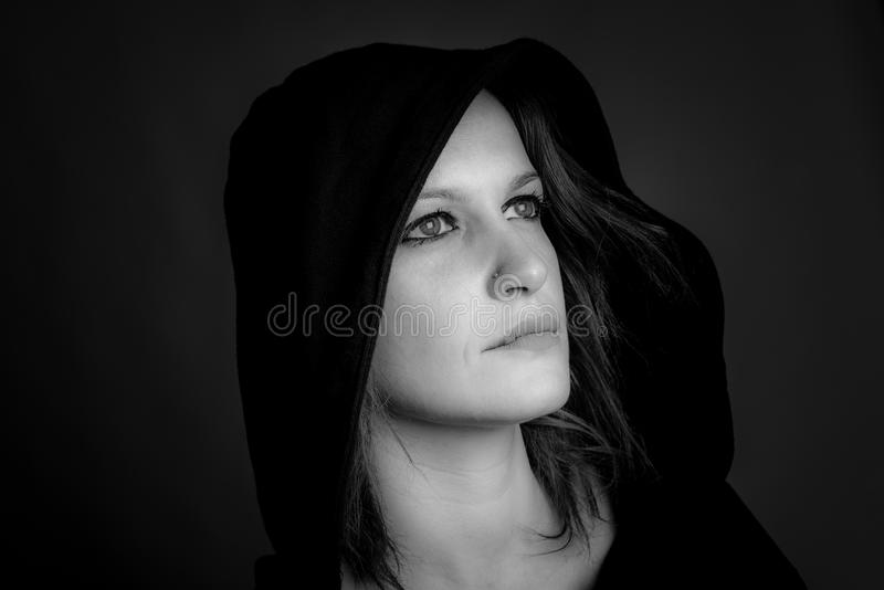 Портрет изображения с капюшоном женщины черно-белого стоковое изображение