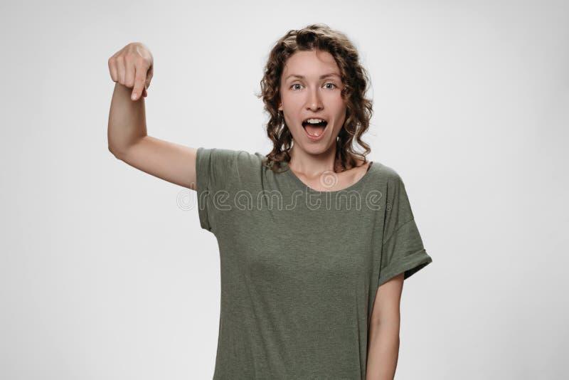 Портрет изумленной женщины с раскрывает глаза и рот широко ошеломил выражения стоковая фотография rf