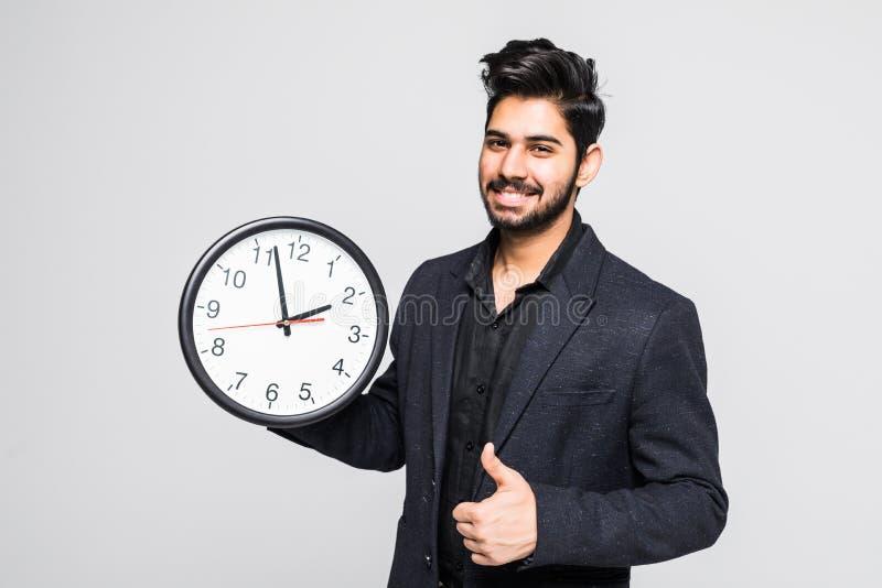 Портрет индийского бизнесмена при часы изолированные на белой предпосылке стоковые фотографии rf