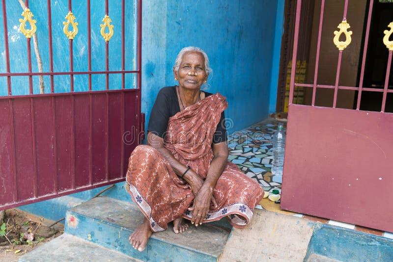 Портрет индийской старой старшей плохой женщины с сари стоковое изображение