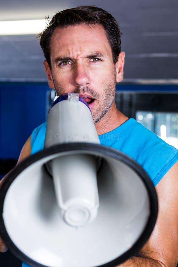 Портрет инструктора фитнеса используя мегафон стоковые изображения