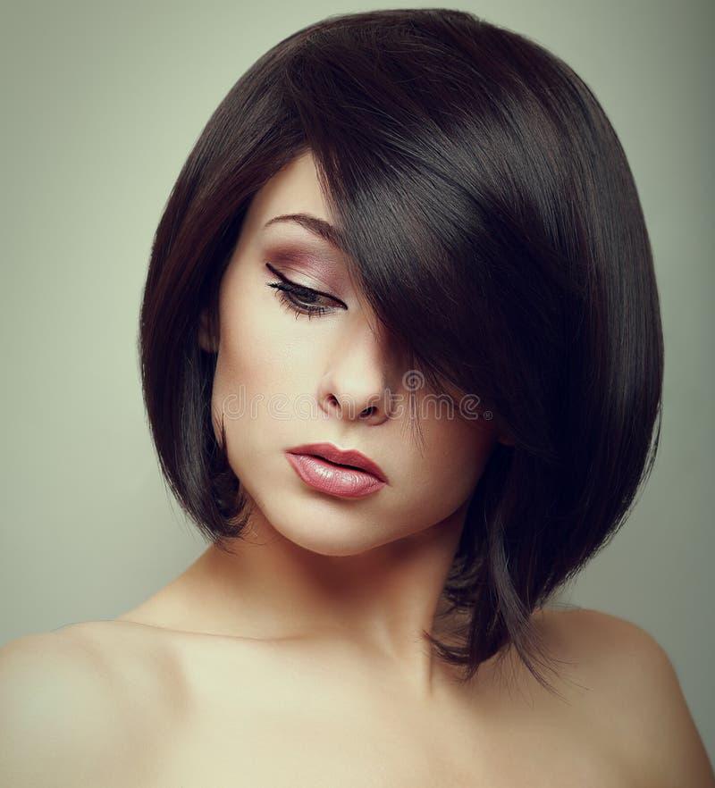 Портрет искусства женщины коротких волос смотря вниз стоковые фото