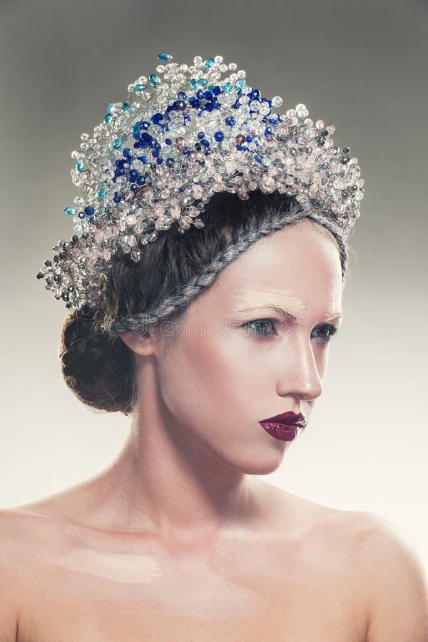 Портрет искусства красоты ювелирных изделий молодой женщины нося стоковые изображения rf