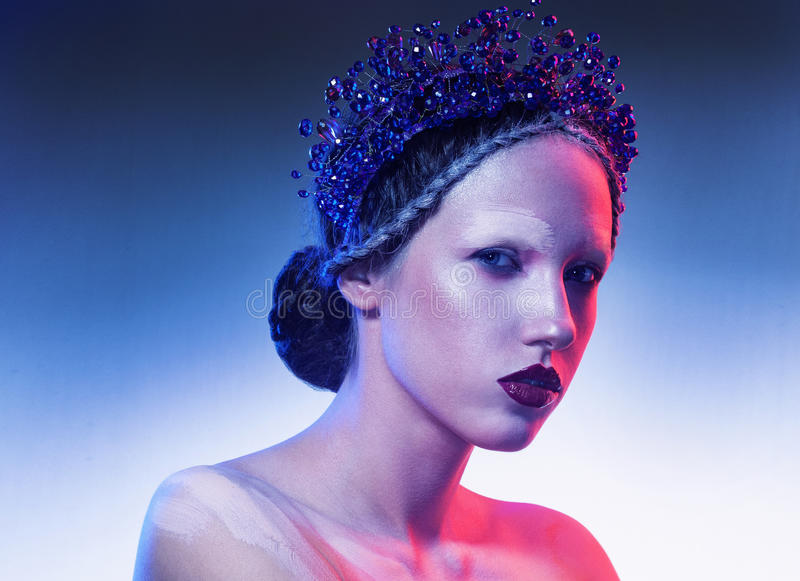 Портрет искусства красоты ювелирных изделий молодой женщины нося стоковое изображение rf