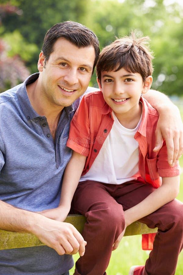 Портрет испанского отца и сына в сельской местности стоковые изображения rf