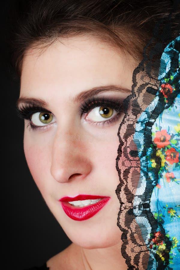 Портрет испанского танцора фламенко девушки с вентилятором стоковые фото