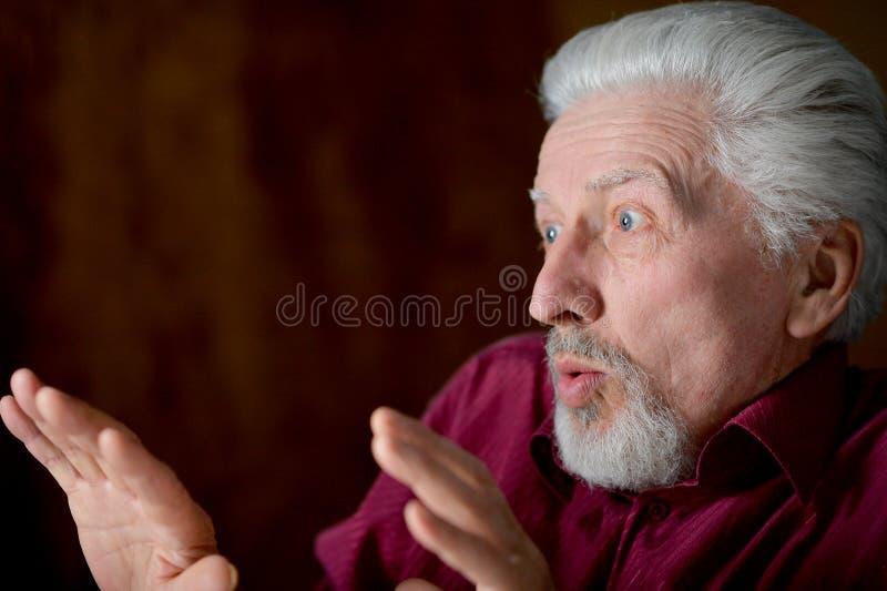 Портрет испуганного старшего человека дома стоковое фото rf
