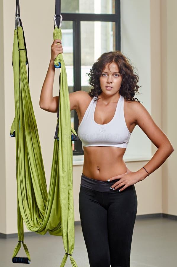 Портрет йоги стоящей женщины антигравитационный воздушный стоковые фотографии rf