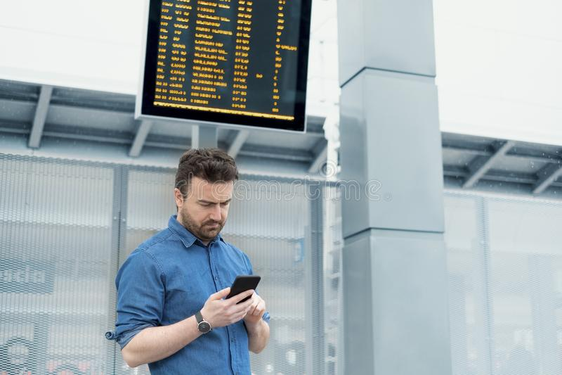 Портрет кавказского мужчины в железнодорожном вокзале стоковая фотография