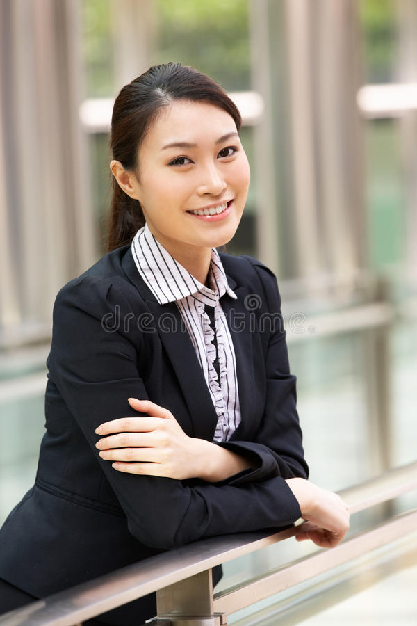 Портрет китайской коммерсантки вне офиса стоковые фото