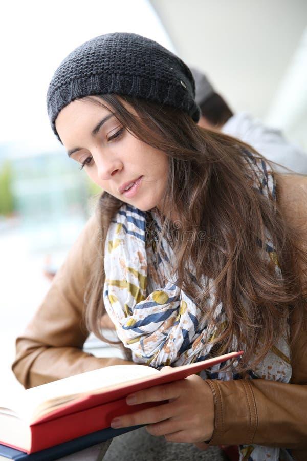 Портрет книги чтения студента молодой женщины стоковое изображение rf
