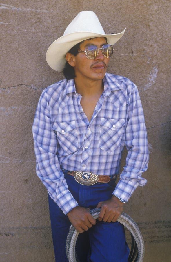 Портрет ковбоя латиноамериканца с лассо, междуплеменным церемониальным индийским родео, Gallup NM стоковые изображения