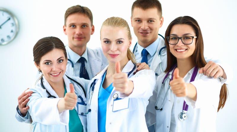 Портрет команды докторов показывая большие пальцы руки вверх стоковое фото