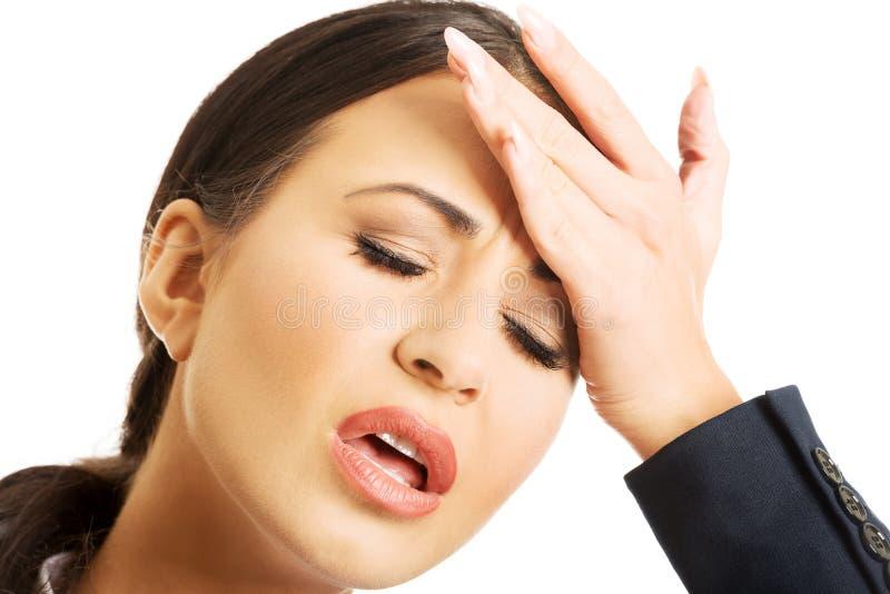 Портрет коммерсантки имея огромную головную боль стоковое изображение