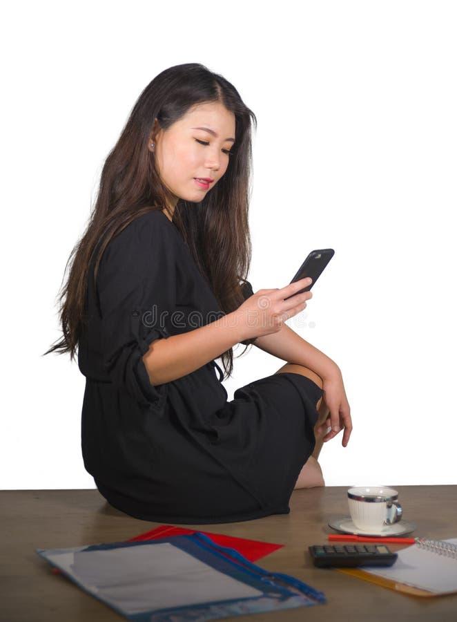 Портрет компании корпоративный изолированный молодой красивой и успешной азиатской китайской бизнес-леди используя мобильный теле стоковое фото rf