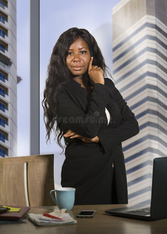Портрет компании корпоративный молодого successf счастливой и привлекательной черной Афро-американской бизнес-леди усмехаясь увер стоковое изображение