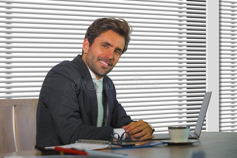 Портрет компании образа жизни корпоративный молодой счастливой и успешной работы бизнесмена расслабленной на современном офисе си стоковые изображения rf