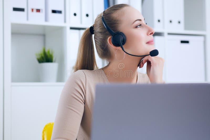 Портрет конца-вверх агента обслуживания клиента сидя на офисе подпирал ее голову вручную и мечтать стоковые изображения rf