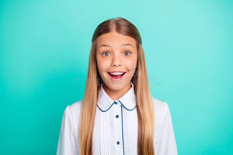Портрет конца-вверх выглядящее славн привлекательное прекрасное winsome очаровательное сладкое girlish смешное женственное жизнер стоковое фото rf