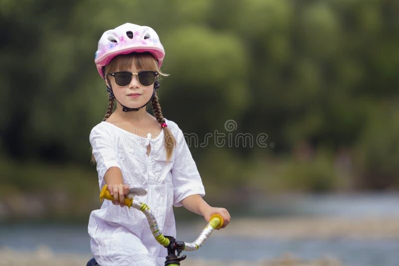 Портрет конца-вверх гордой милой маленькой девочки в белой одежде, стоковое изображение rf