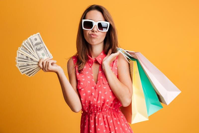 Портрет конца-вверх думать милая женщина в держать солнечных очков стоковая фотография rf