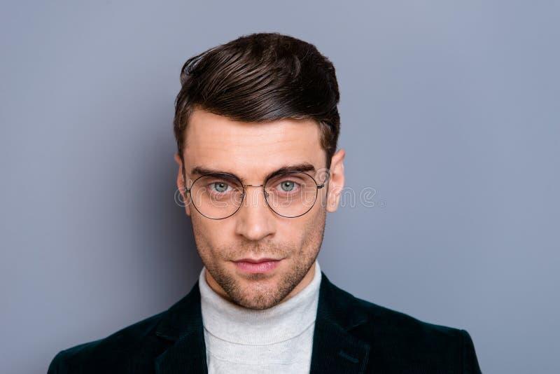 Портрет конца-вверх его он свитер блейзера вельвета славного милого красивого привлекательного бородатого беспристрастного парня  стоковые фото