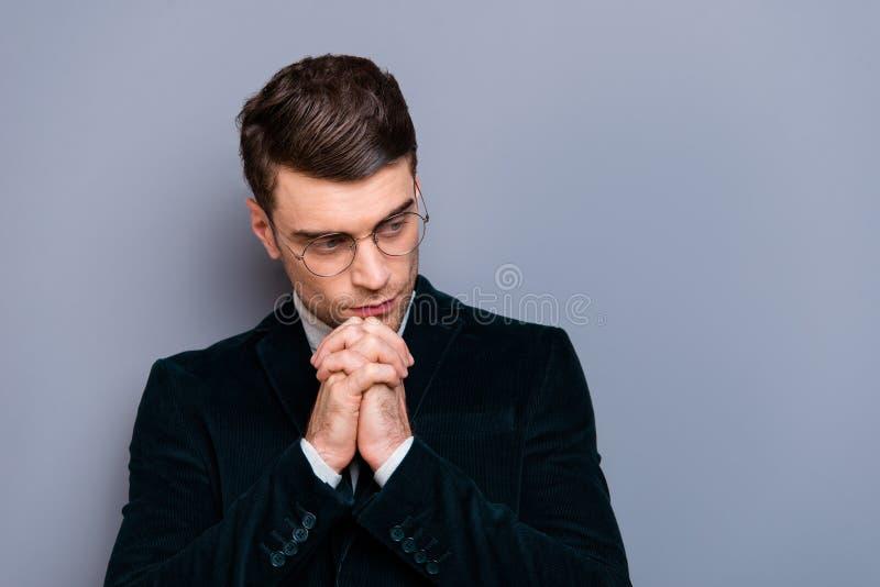 Портрет конца-вверх его он славная красивая привлекательная бородатая сфокусированная изолированная мысль блейзера вельвета груст стоковое фото rf