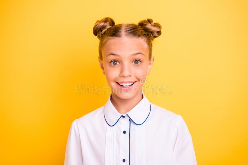 Портрет конца-вверх ее она выглядящая славн привлекательная прекрасная сладкая ребяческая girlish радостная жизнерадостная весела стоковое изображение rf