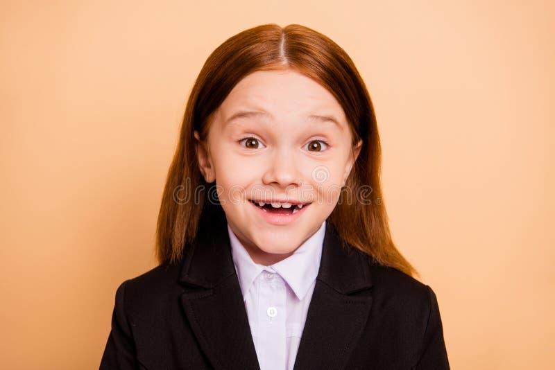 Портрет конца-вверх ее она девушка славного привлекательного жизнерадостного веселого позитва girlish смешная радостная зубастая  стоковое изображение