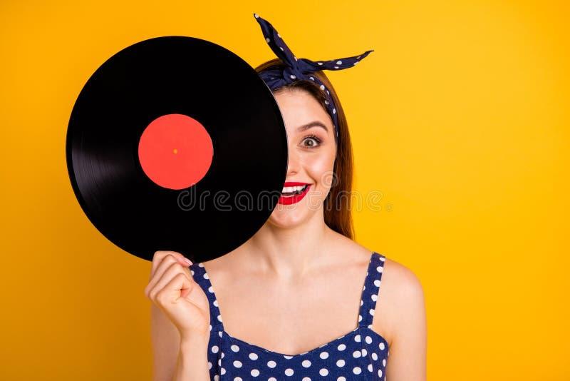 Портрет конца-вверх ее она славная привлекательная прекрасная girlish смешная жизнерадостная веселая прям-с волосами дама держа в стоковая фотография rf