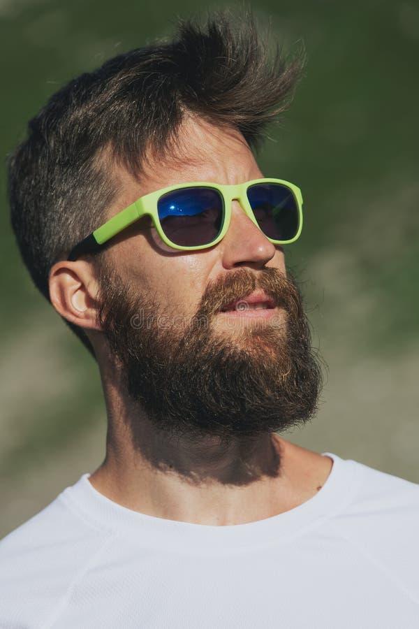 Портрет конца-вверх красивого бородатого человека в sporty моде с стеклами стоковое фото rf