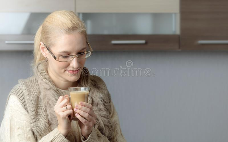 Портрет конца-вверх красивой средней женщины возраста в стеклах с чашкой кофе стоковое фото