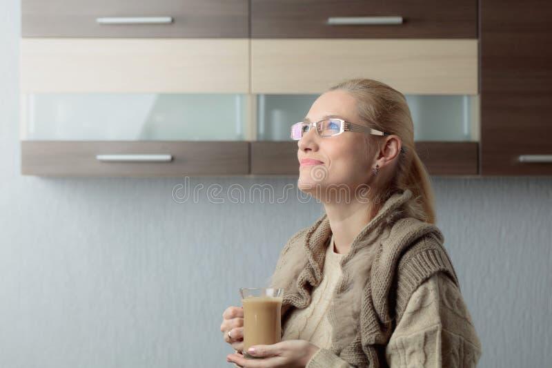 Портрет конца-вверх красивой средней женщины возраста в стеклах с чашкой кофе стоковая фотография