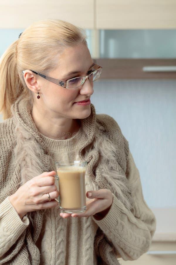 Портрет конца-вверх красивой средней женщины возраста в стеклах с чашкой кофе стоковая фотография rf