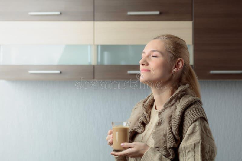 Портрет конца-вверх красивой средней женщины возраста с чашкой кофе стоковые фотографии rf