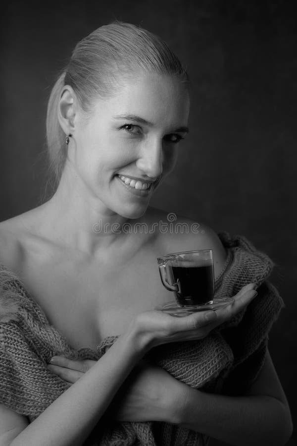 Портрет конца-вверх красивой средней женщины возраста с чашкой кофе стоковое фото rf
