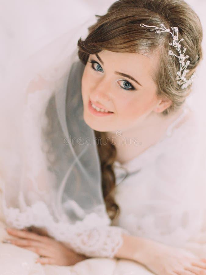 Портрет конца-вверх красивой усмехаясь невесты с сияющим украшением в длинном вьющиеся волосы стоковая фотография rf